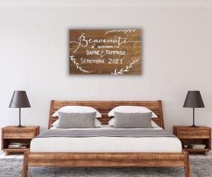 Targa legno sopra al letto